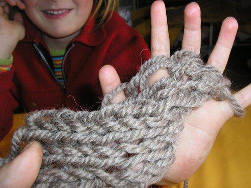 Apprendre a tricoter avec les doigts - Comment tricoter des mitaines avec doigts ...